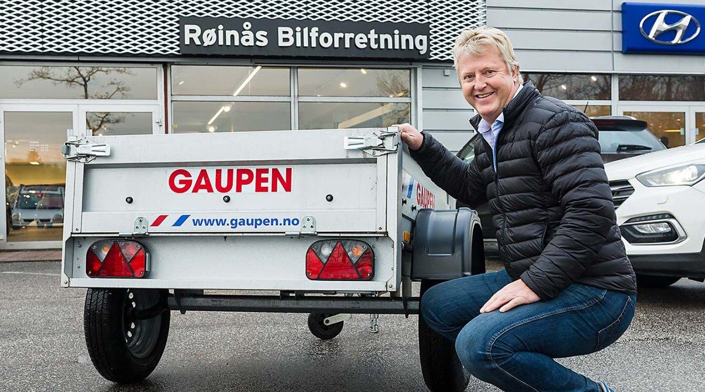 Halvor Kristensen leverer førstepremioe til Quizen i Bil & Motor