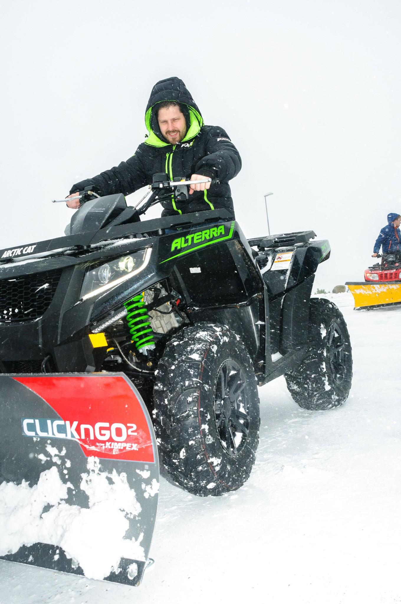 Arild Abrahamsen fra Motor-teknikk gj¿r br¿yting til en lek med ATV.