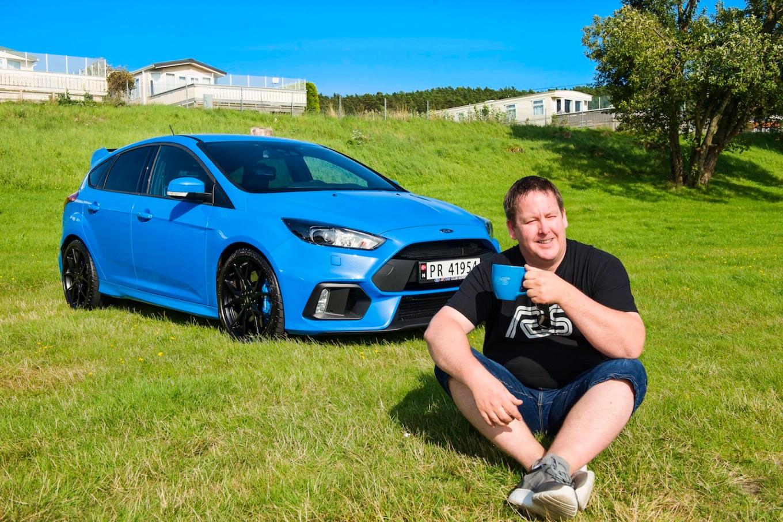 Håkon Kristiansen fra Hamresaneden med drømmebilen sin, en Ford Focus RS