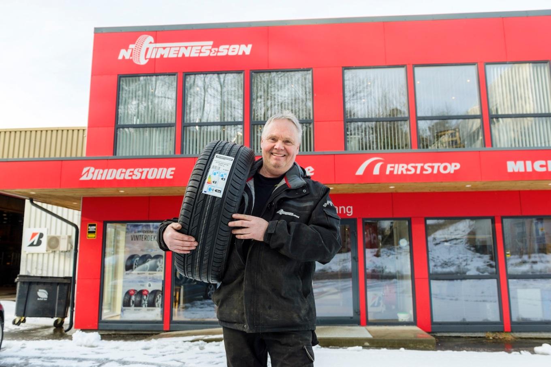 Jan Erik Sørensen viser fram ny dekkteknologi, punkteringsfrie dekk.